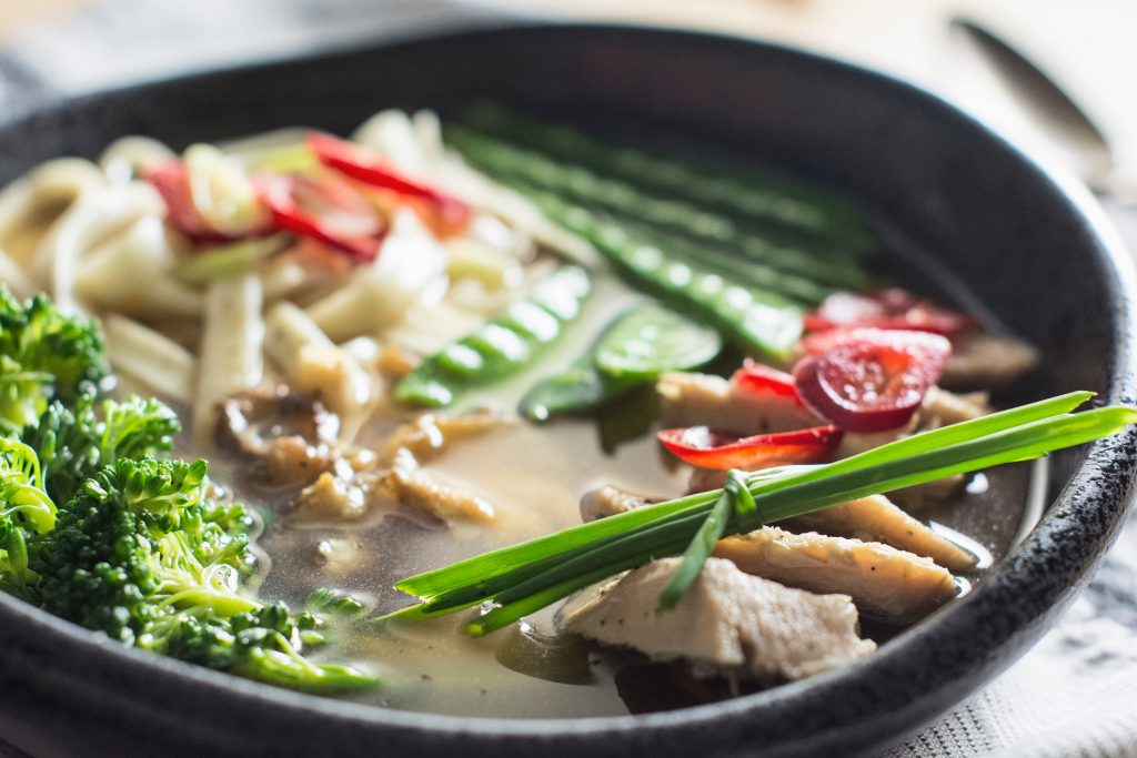 Healthy foods to eat and others to keep away when you suffer from a cold, flu or fever Consuming chicken soup or broth